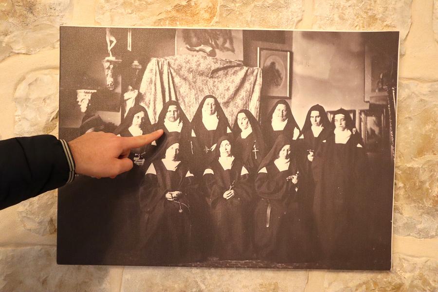 Mała Arabka wśród sióstr karmelitanek